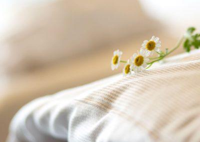 Detailaufnahme einer auf dem Bett liegenden Margarete