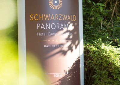 Schild als Wegweiser zum Schwarzwald Panorama Bad Herrenalb