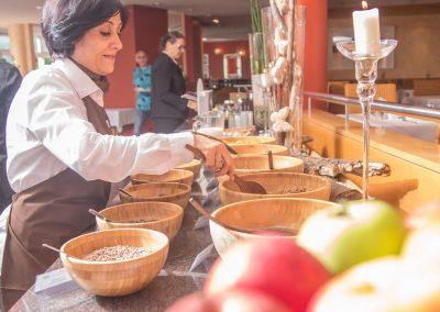 Frühstücksbuffet im Schwarzwald Panorama mit zahlreichen Cerealien, Milch und frischem Obst