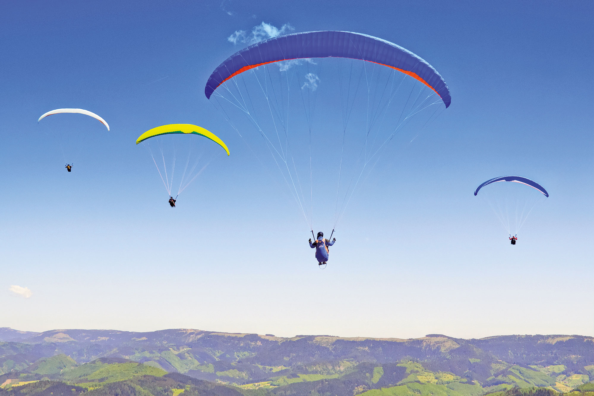 Vier Personen beim Paragliding