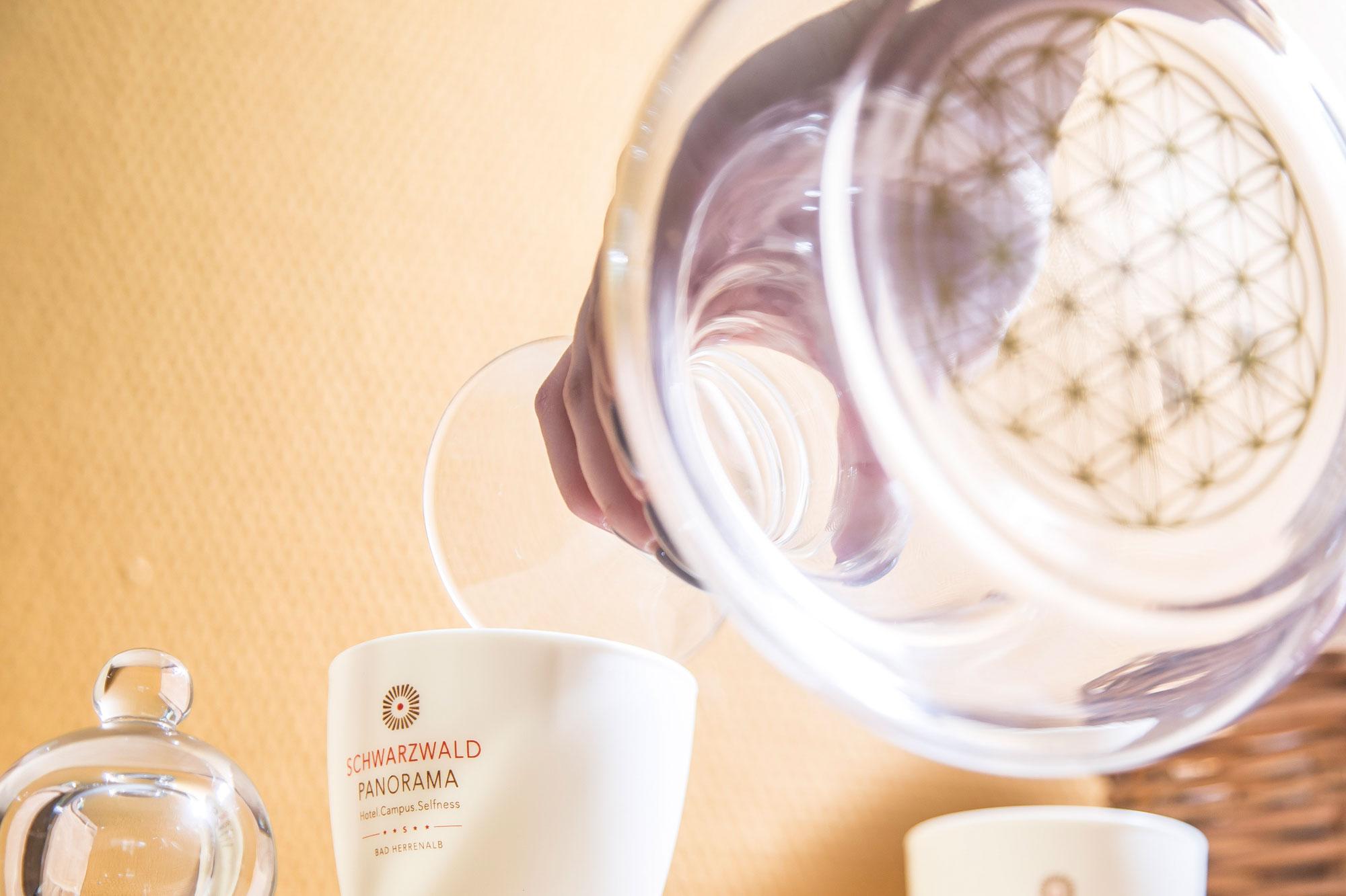 Detailaufnahme einer Wasserkaraffe und einer Kaffeetasse