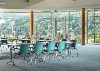 heller, lichtdurchfluteter Tagungsraum mit Panoramafenstern und Ausblick auf den Ort und die Landschaft von Bad Herrenalb