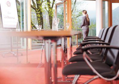 heller, lichtdurchfluteter Tagungsraum im Schwarzwald Panorama mit Tischen und Stühlen und Blick in die Natur