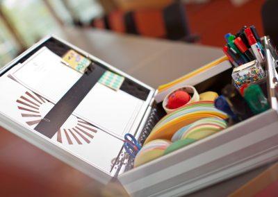 Moderationskoffer mit Farbkarten, Stiften, Pinnnadeln usw