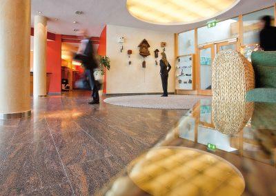 das helle und in warmen Farben gestaltete Foyer im Hotel Schwarzwald Panorama