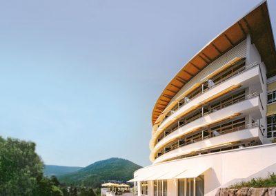 Außenansicht vom Hotel Schwarzwald Panorama mit Blick auf die Berge des Schwarzwaldes