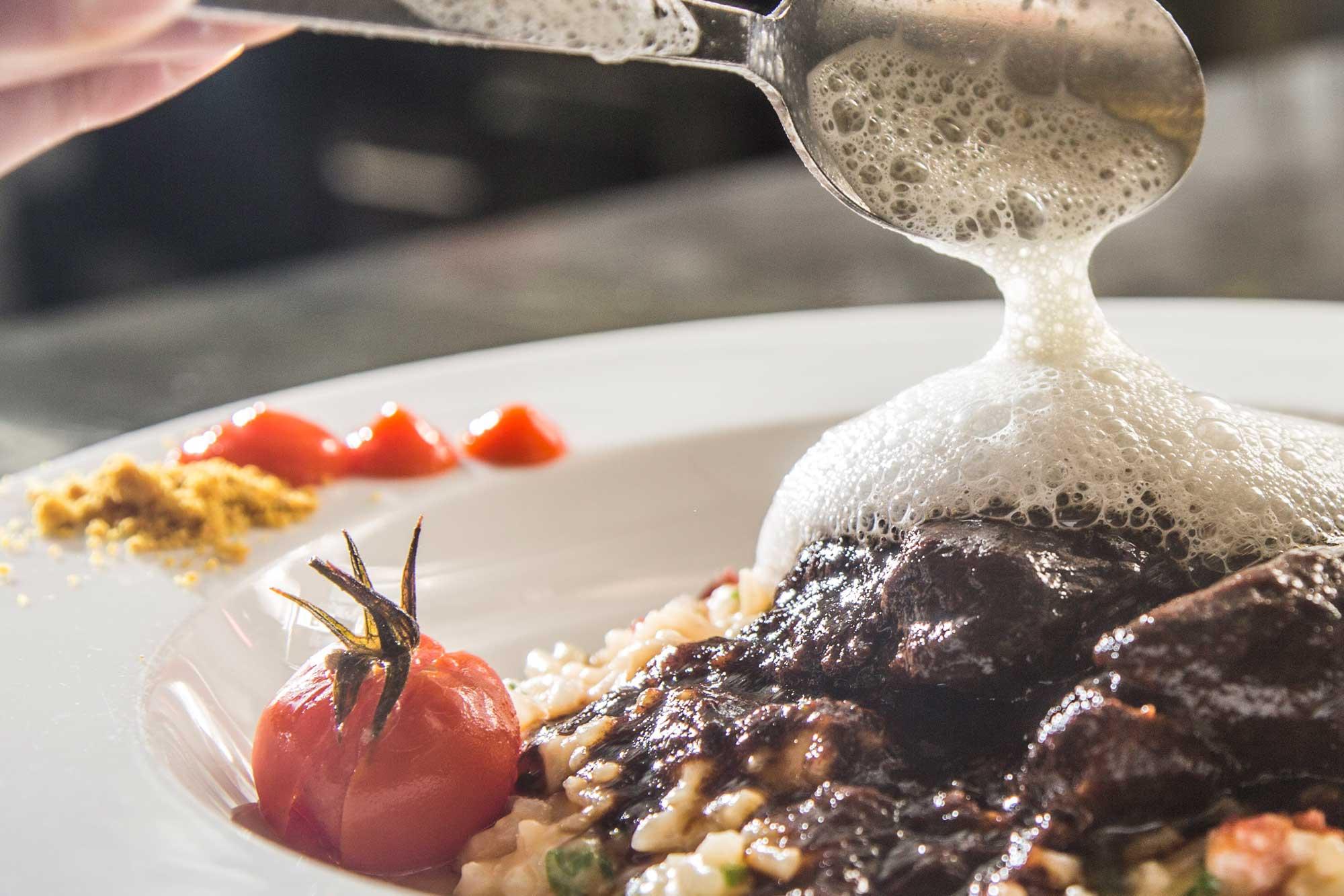 Garnieren eines Menüs bei open kitchen im Hotel Schwarzwald Panorama