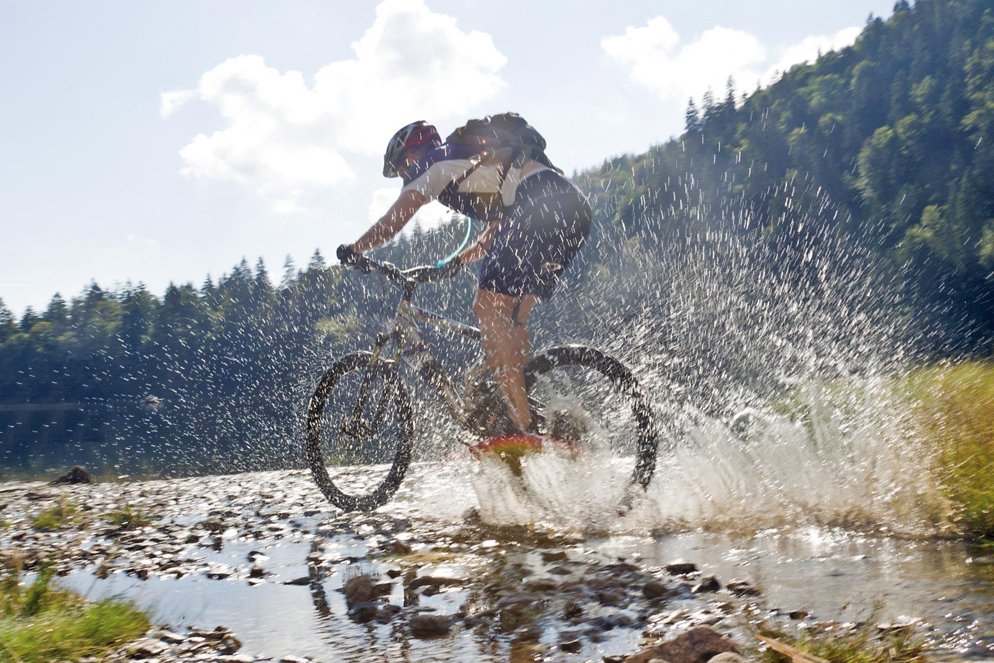 Mann fährt mit einem Mountainbike in der Natur