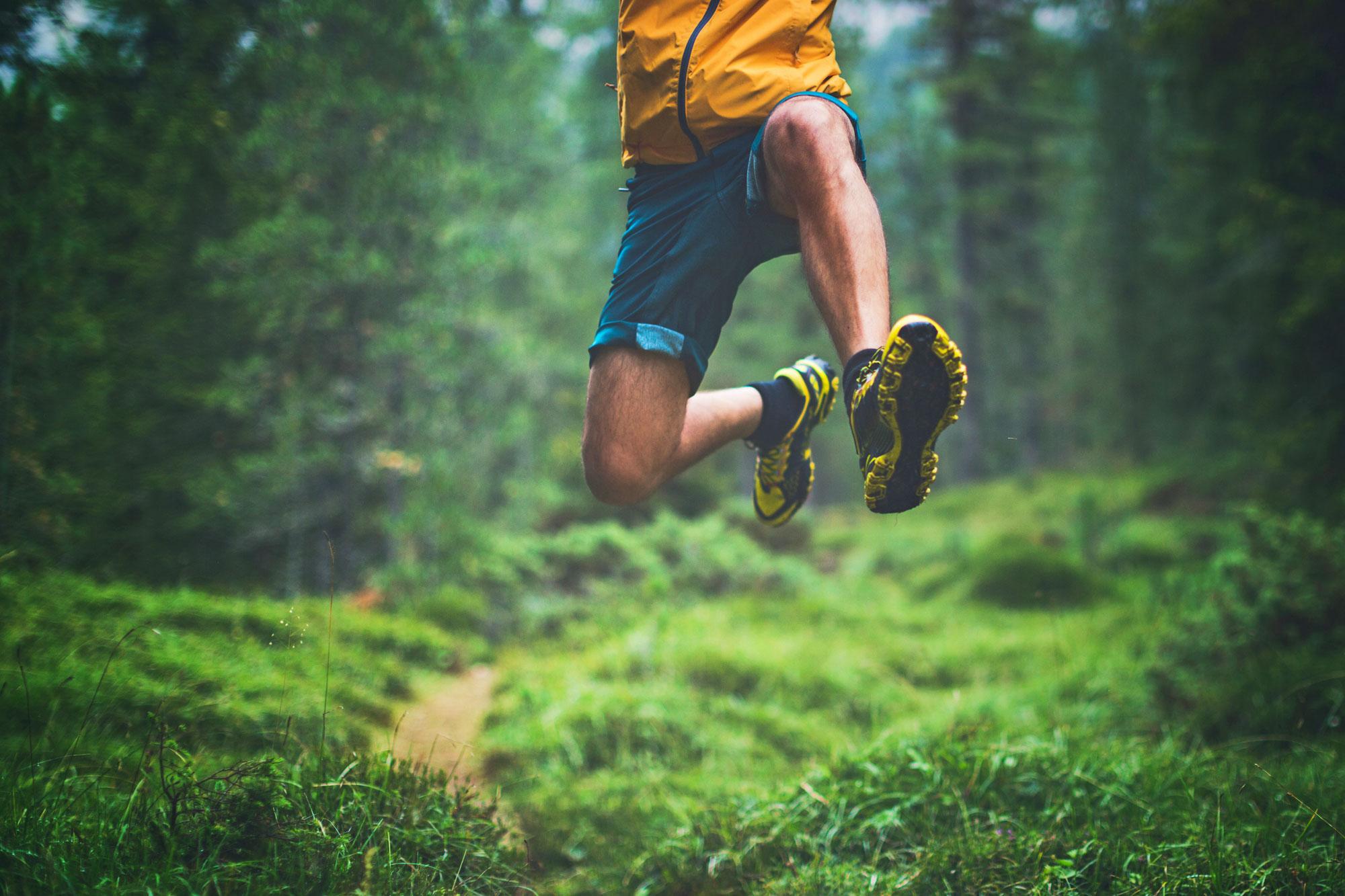 Mann bei einem Sprung im Wald
