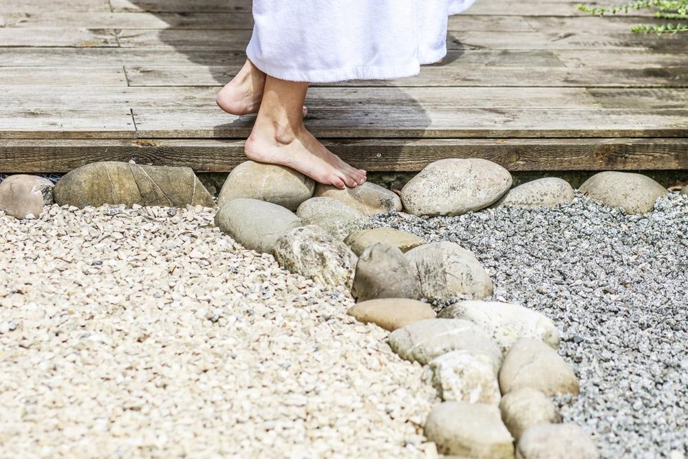 SPA Außenbereich, Füße auf Steinen