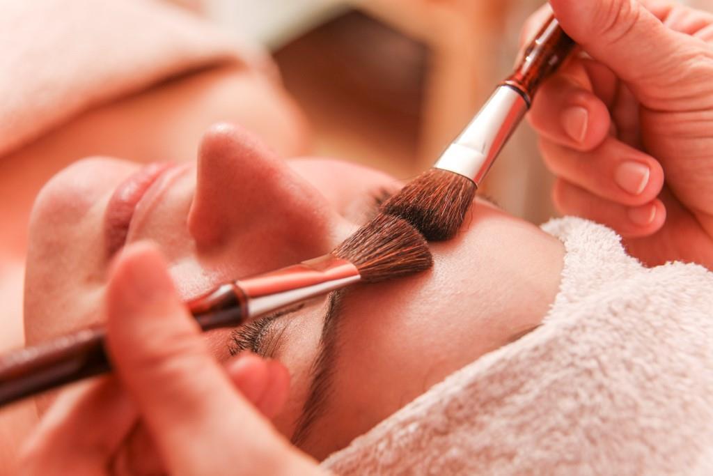 Frau während einer Hot Stone Massage im Selfness Hotel Schwarzwald Panorama