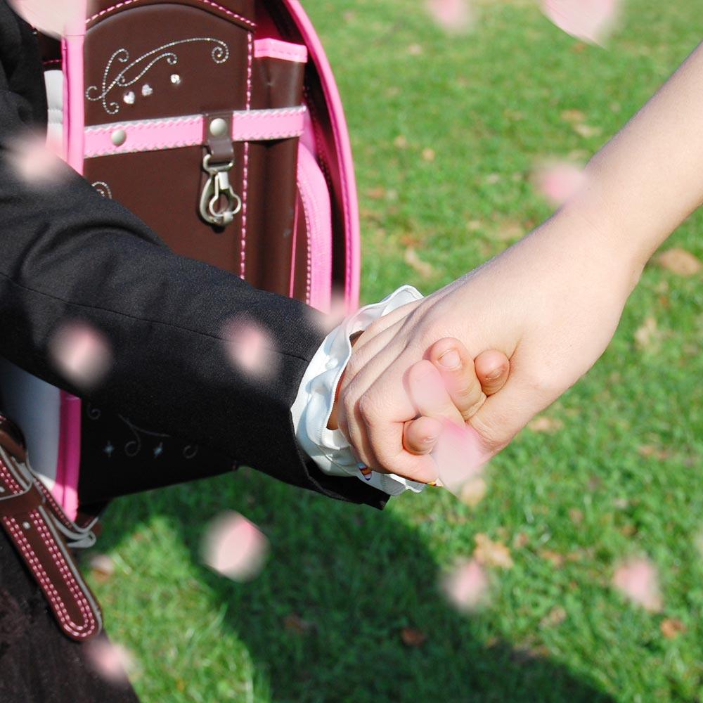 Mädchen mit Schulranzen zur Einschulungsfeier