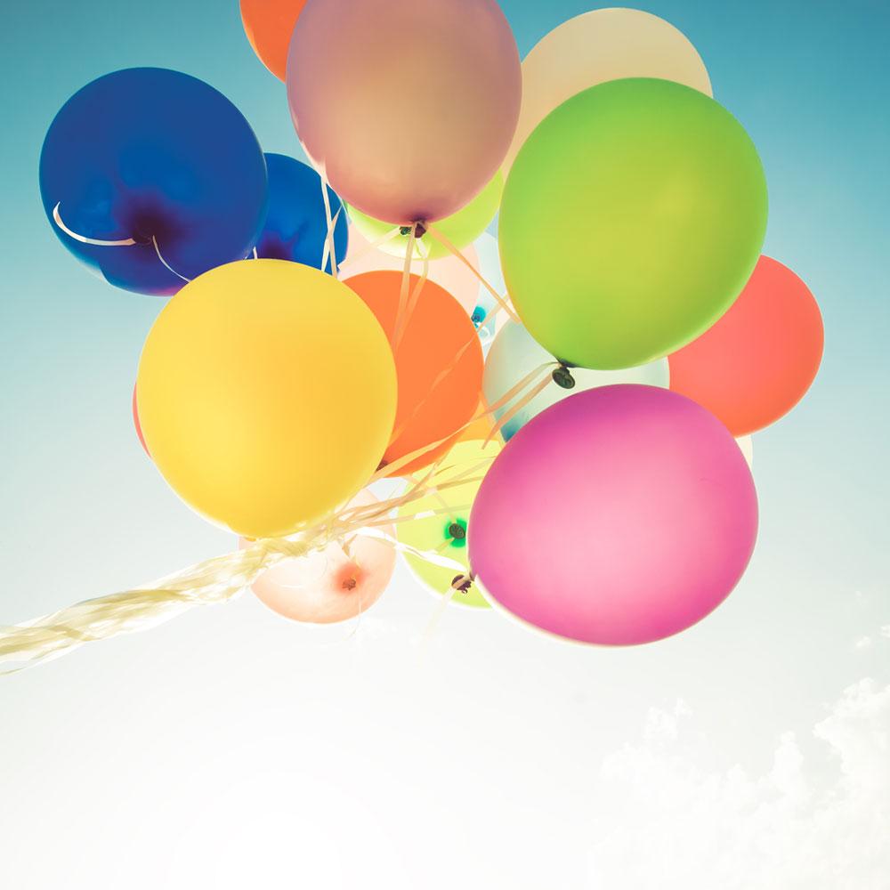 Steigende Luftballons bei einer Geburtstagsfeier
