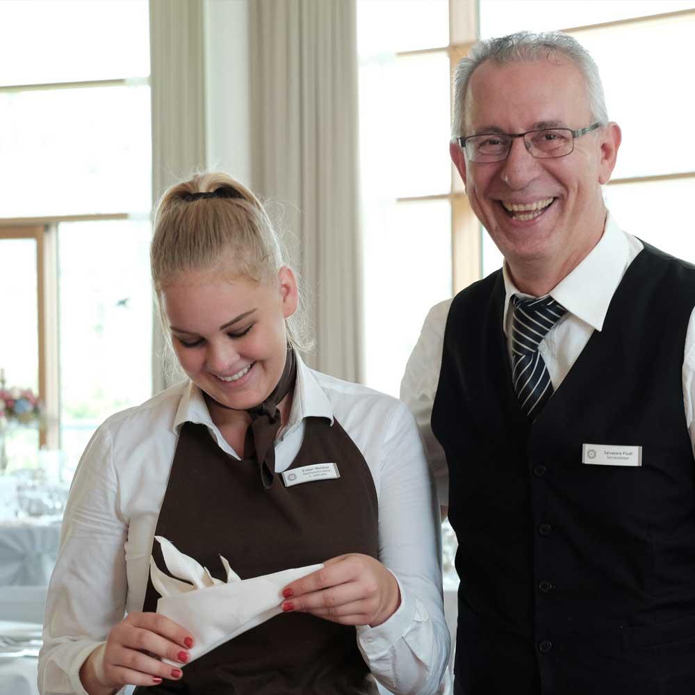 Lachendes Servicepersonal bei einer Hochzeitsfeier im Schwarzwald Panorama. Foto: Emotional Perspective.