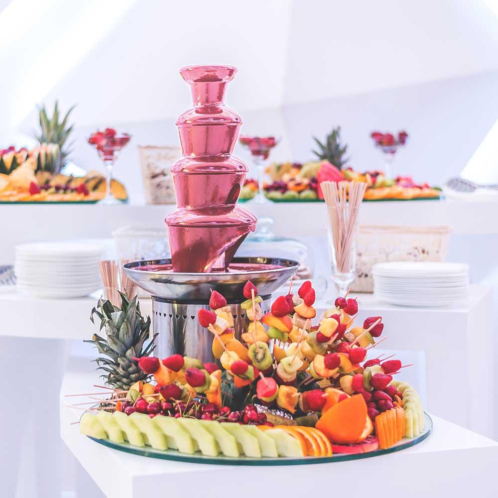 Obstbuffet mit Schokobrunnen bei einer Hochzeitsfeier