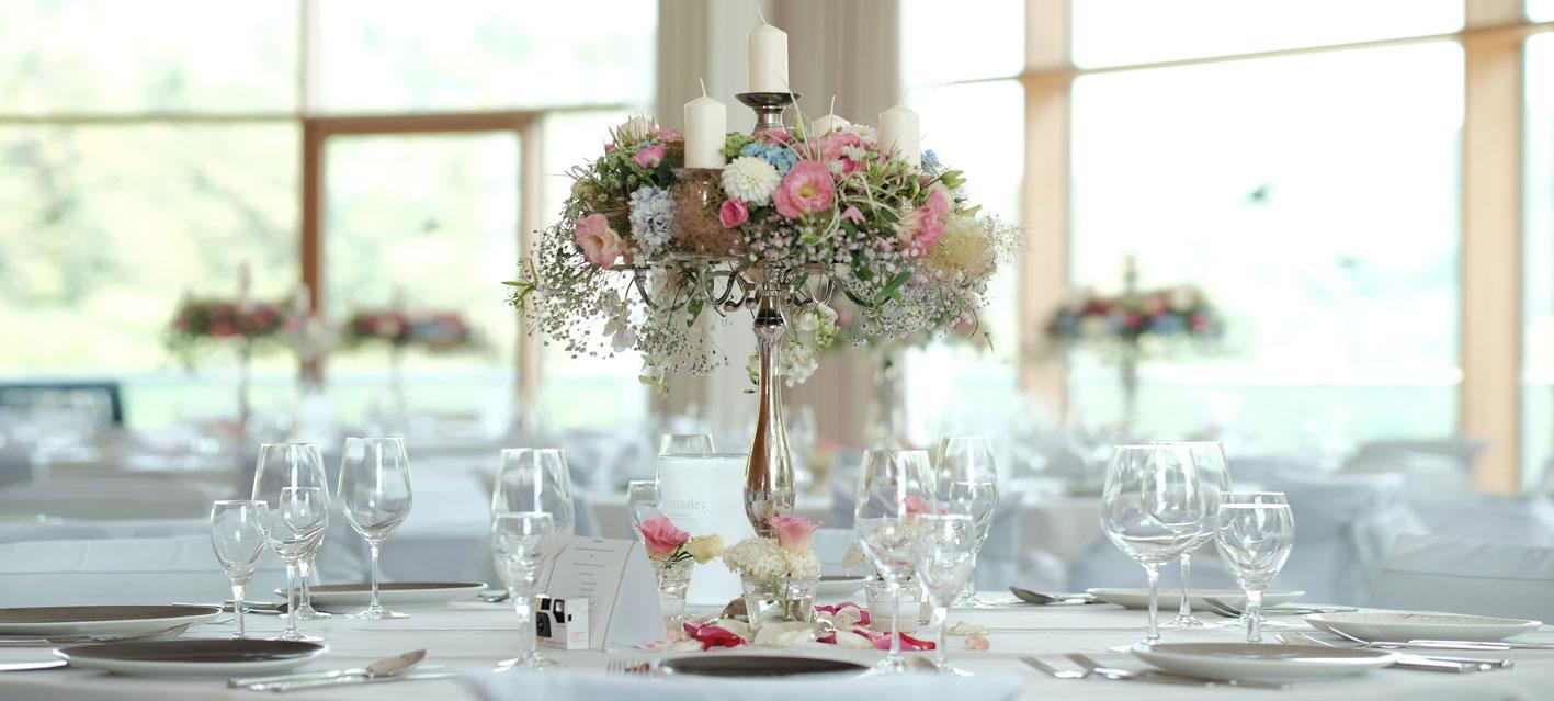 Festlich gedeckter Tisch mit edlem Blumenbouquet in der Hochzeitslocation Schwarzwald Panorama. Foto: Emotional Perspective.