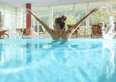 Frau im Pool des Wellness und Spa Bereichs im Selfness Hotel Schwarzwald Panorama