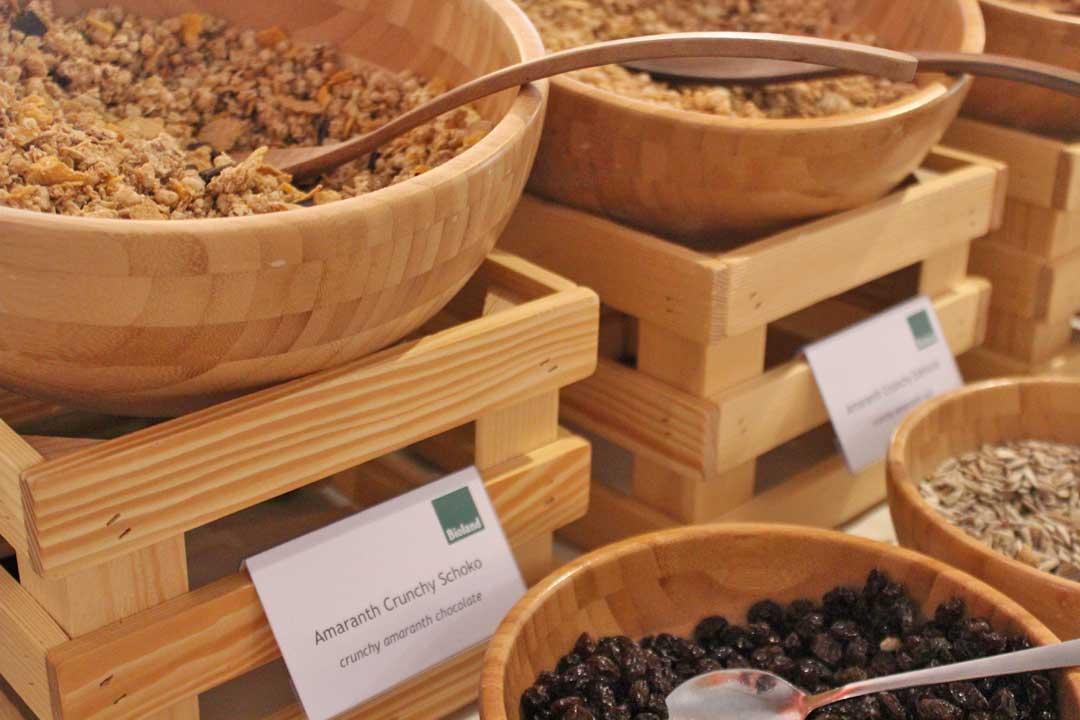 Müsli in Holzschalen, beim Bio Buffet, welches im Rahmen des Bioland Zertifikats im Hotel SCHWARZWALD PANORAMA mit Bio-Zutaten zubereitet