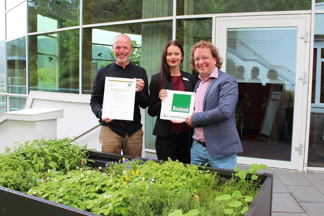 Stephan Bode, Stephanie Schießl und Dr. Christian Eichert bei der Übergabe des Bioland-Goldzertifikat an das SCHWARZWALD PANORAMA